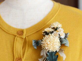 *染の草花*『タンポポとミニデージーを摘んで花束にしたコサージュ』【受注制作】の画像