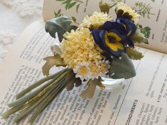 *染の草花*『タンポポとビオラを摘んで花束にしたコサージュ』の画像