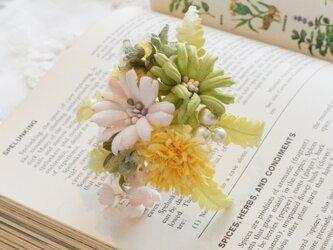 *染の草花*『タンポポとモドキのヘアクリップ付コサージュ』の画像