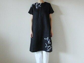 リネン・半袖ワンピース 黒<白梅>の画像