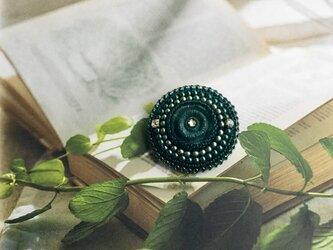 ダークグリーンカラーのヴィンテージボタンブローチの画像
