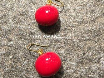 地赤色のきれいな赤玉の画像