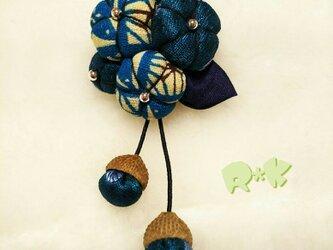 和柄とドットの花のどんぐり帽子のブローチの画像