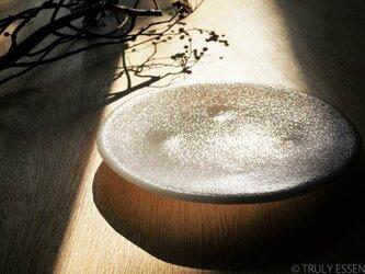 純白ガラスの丸皿 -「 KAZEの肌 」● 絹目調 (21,5cm)の画像