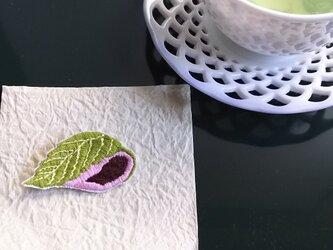 手刺繍ブローチ【おやつのじかん】桜餅の画像