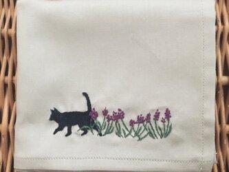 ハンカチ ムスカリと黒猫の手刺しゅうの画像