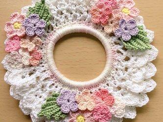 ハンドメイド☆春の桜色レース編みシュシュ 手編み フラワー アクセサリー ヘアゴムの画像
