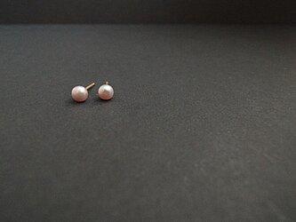 14kgf 小さなボタンパールのピアス<smoky pink>の画像