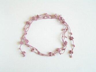 花と葉のラリエット(ピンク)の画像