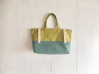 黄緑色と水色の鞄 ヌメ革ベルトの画像