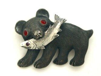 熊と鮭 ブローチの画像
