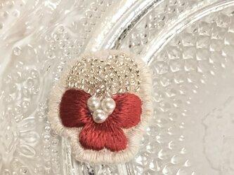 華やかなレッドのビオラのビーズ刺繍のイヤリングの画像