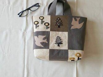 パッチワークとアップリケ刺繍のバッグの画像