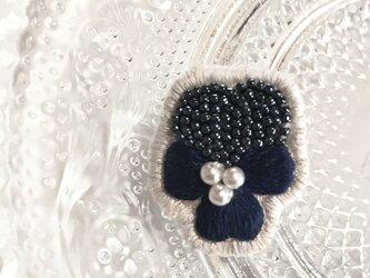 シックなネイビーのビオラビーズ刺繍のイヤリングの画像