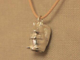 ころんとしたリスのネックレスの画像