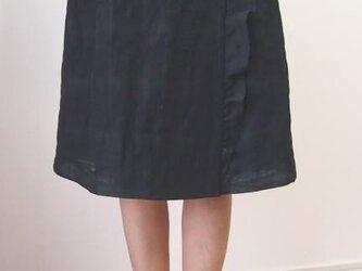 フリル付き巻きスカート(黒地柄)の画像