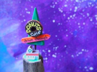 painted driftwood art ドライブスルーの宇宙ドーナツ屋さんがある小さな星屑のお店の画像