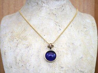 紺色のガラスのネックレスの画像