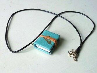 カササギハードカバーのネックレスの画像