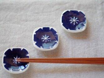 濃藍色の小花の箸置きの画像