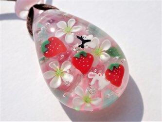 《いちごとうさぎ》 ペンダント ガラス とんぼ玉 花 春 うさぎの画像