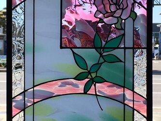 「大きいバラ、小さいバラ」ステンドグラスのパネルの画像