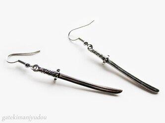 日本刀のフックピアス【イヤリング等変更可】の画像