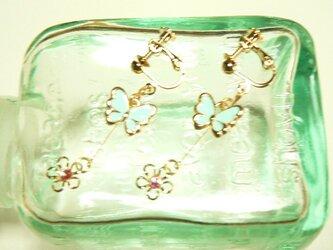 ミントグリーンの蝶 ちょうちょと小花のイヤリングの画像