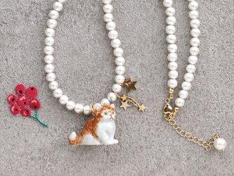 ペルシャ猫とコットンパールのネックレスの画像