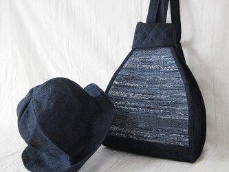 紬と裂き織りの三角リュックと帽子の2点セットの画像