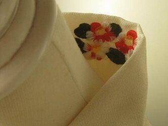 半衿・刺繍半衿・一見無地半衿のようで椿の半衿(縮緬布)の画像