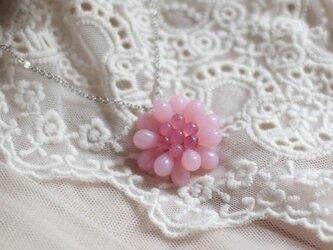 ミルキーピンクのお花のペンダントの画像