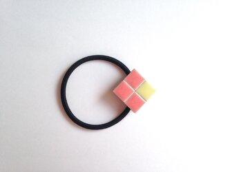 タイルのヘアゴム(ピンク×黄色)の画像