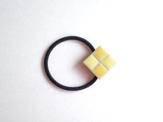 タイルのヘアゴム(黄色)の画像