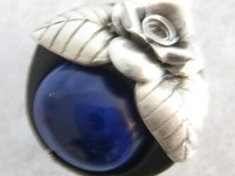 カレンシルバーの薔薇とラピスラズリの帯留の画像
