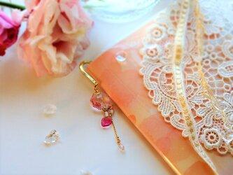 ピンクのスワロフスキーと花びらモチーフが輝くブックマーカーの画像