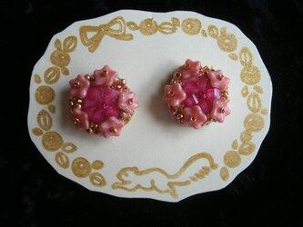 ピンク系ビーズ刺繍イヤリングの画像