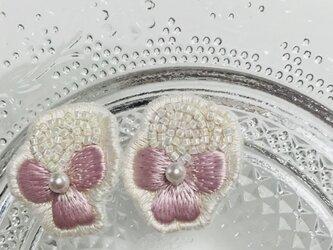 ピンクのビオラの刺繍イヤリングの画像