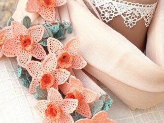 【再販】立体レース 花のコットンストール「水仙/2辺」シナモン・ブラウンの画像