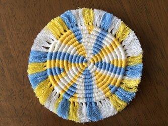 漂白剤が使えるマクラメ編み ぐるぐるコースター(M) 黄色×水色×白の画像