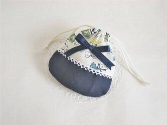 かわいいリボンを付けたパラソル柄ミニ巾着袋(紺)の画像