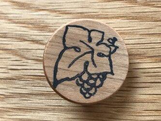 ぶどうのブローチ チェリー材の画像