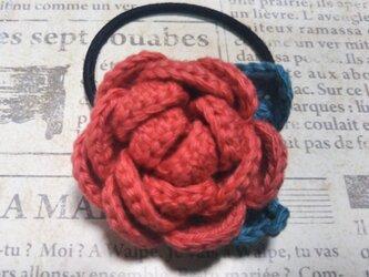 145*立体的なバラのヘアゴム 花 ピンク 朱色 赤  薔薇の画像