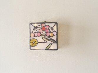 小鳥とピンクの実の壁掛けランプの画像