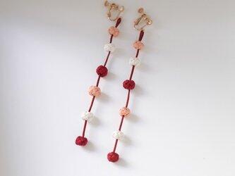 揺れるシルク結びイヤリング/ピアス「ビオ・フリッソン」赤系の画像