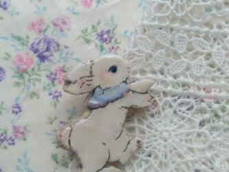 春の新作 いたずら子ウサギちゃんのブローチの画像