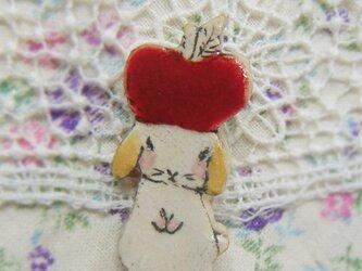 春の新作 リンゴウサギちゃんミニブローチ 垂れ耳の画像