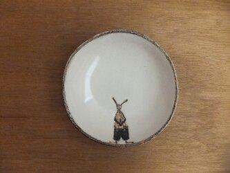 小皿№21 ウサギ(帽子と蝶ネクタイに吊りズボン)の画像