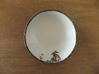 小皿№25 ウサギ(花を見る)の画像