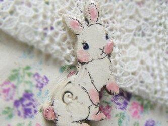 春の新作 白ウサギちゃんのブローチの画像